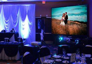 Проектор на свадьбе в помещении